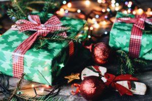 Weihnachtsgeschenke und Christbaumkugeln