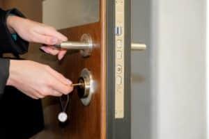 Eine Tür mit Schlüssel zu öffnen ist einfach, aber ohne Schlüssel kann das schwierig werden.