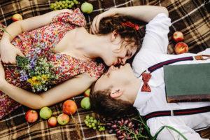 Spannend, Sex im Freien beim Picknick auf der Wiese.