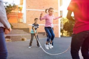 Seilspringen kann die motorische Entwicklung von Kinder erheblich fördern.
