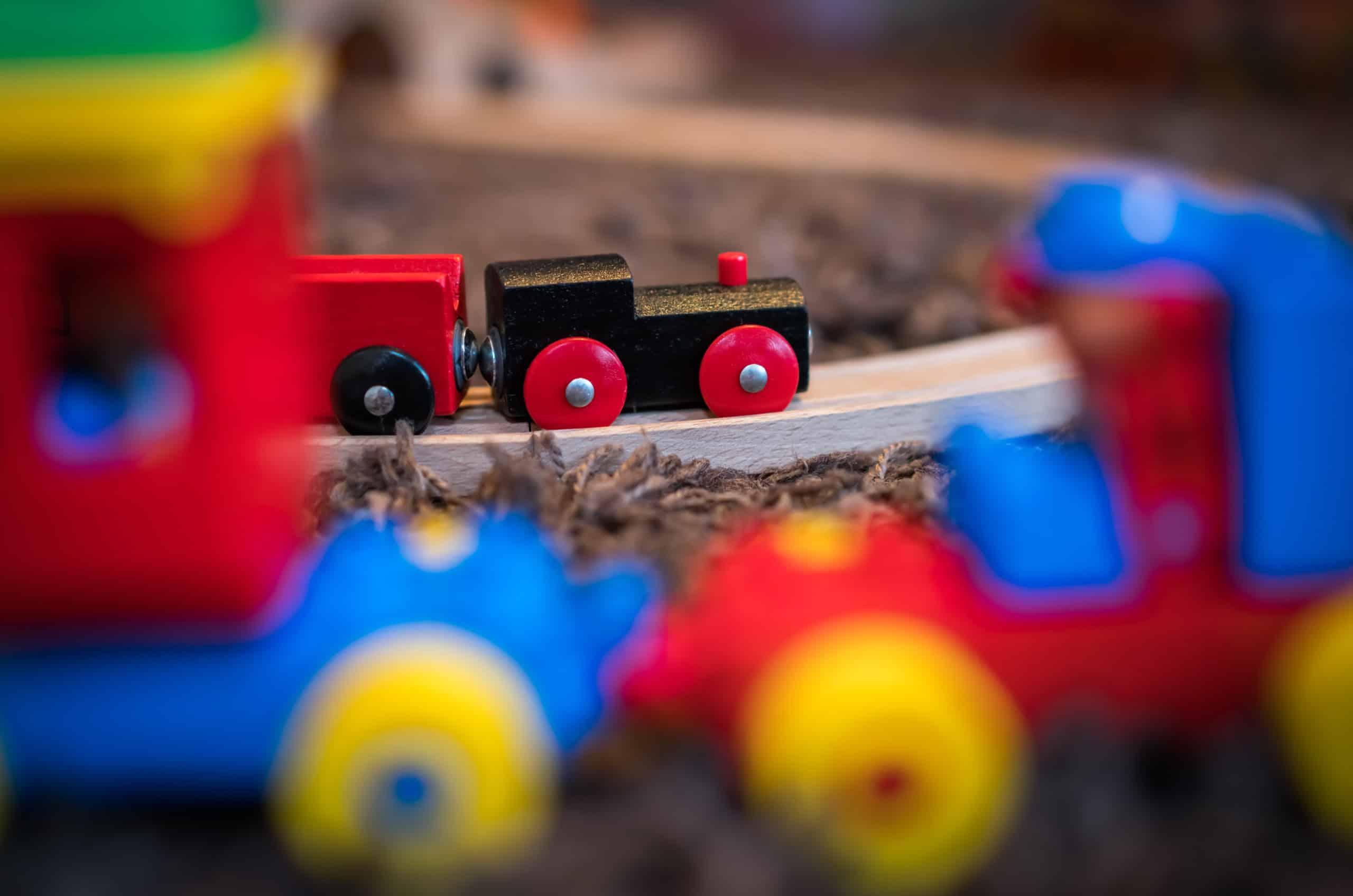 Holzspielzeug ist bunt, macht Freude und fördert die Kreativität der Kinder.