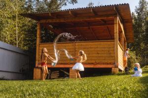 Zu einem schönen Garten gehört auch ein Gartenhaus aus Holz. Foto maksimovata via Envato