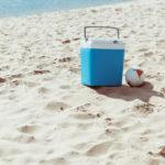 Mit der richtigen Kühlbox macht jeder Strandurlaub Spaß. Foto: LightFieldStudios via Envato.