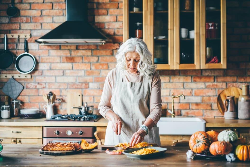 Auch die Küche sollte dem Wohnen im Alter angepasst werden. Foto @Korneevamaha via Twenty20